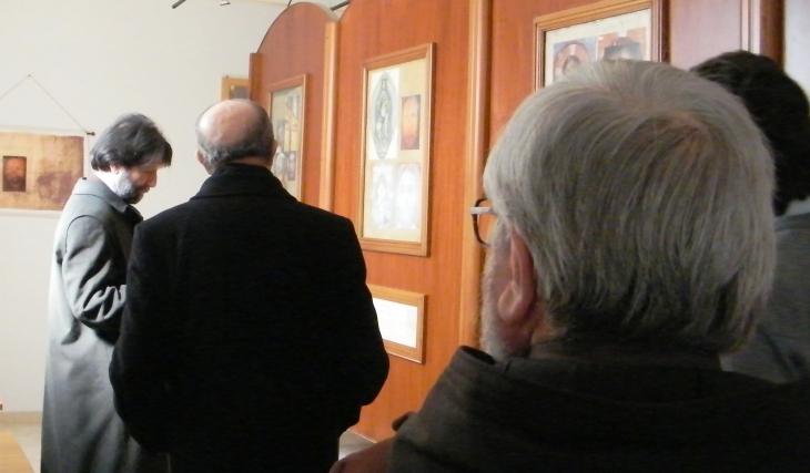Massimo Cacciari mentre visita la mostra Penuel nella Basilica di Manoppello