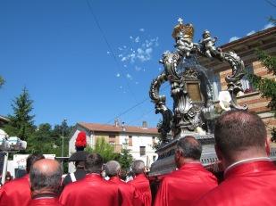 Manoppello festeggia coi botti l'arrivo del velo