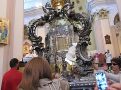 In chiesa si raccolgono i petali caduti sul Volto Santo